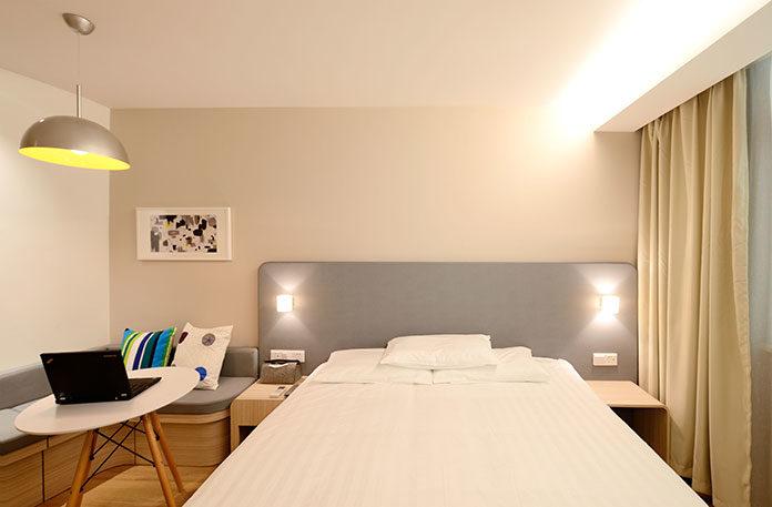 Łóżko metalowe - styl industrialny w Twojej sypialni