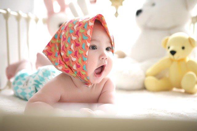 kojec czy łóżko, co lepsze dla niemowlaka?
